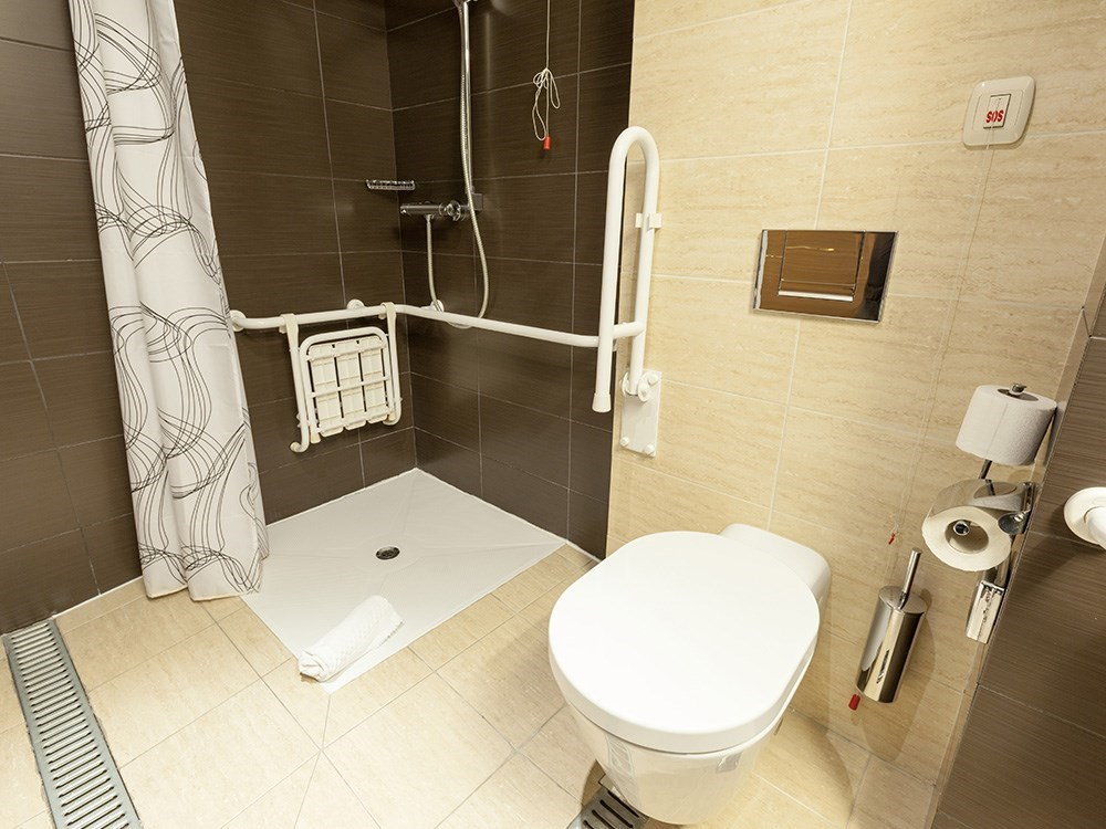 Opere di trasformazione di vasche da bagno in docce a Lecco